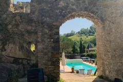 Alte Mauern und Pool