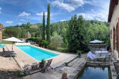 Burghof mit Terrasse und Pool