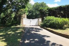 Einfahrt Reetdachhaus vom Garten aus gesehen