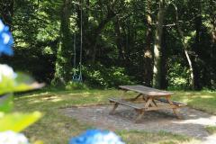Picknick-Platz und Schaukel im eigenen Garten