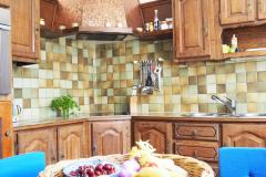 Wohnküche mit Einbauküche und Sitzecke
