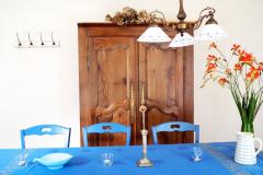 Esstisch und Schrank im Wohnzimmer